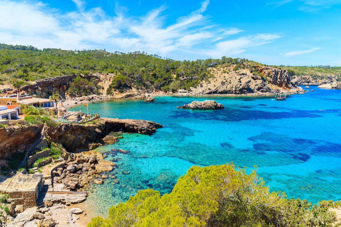 Es difícil encontrar una playa vacía en Ibiza en el mes de agosto, pero la Cala Xarraca, al norte de la isla balear, es una de ellas.