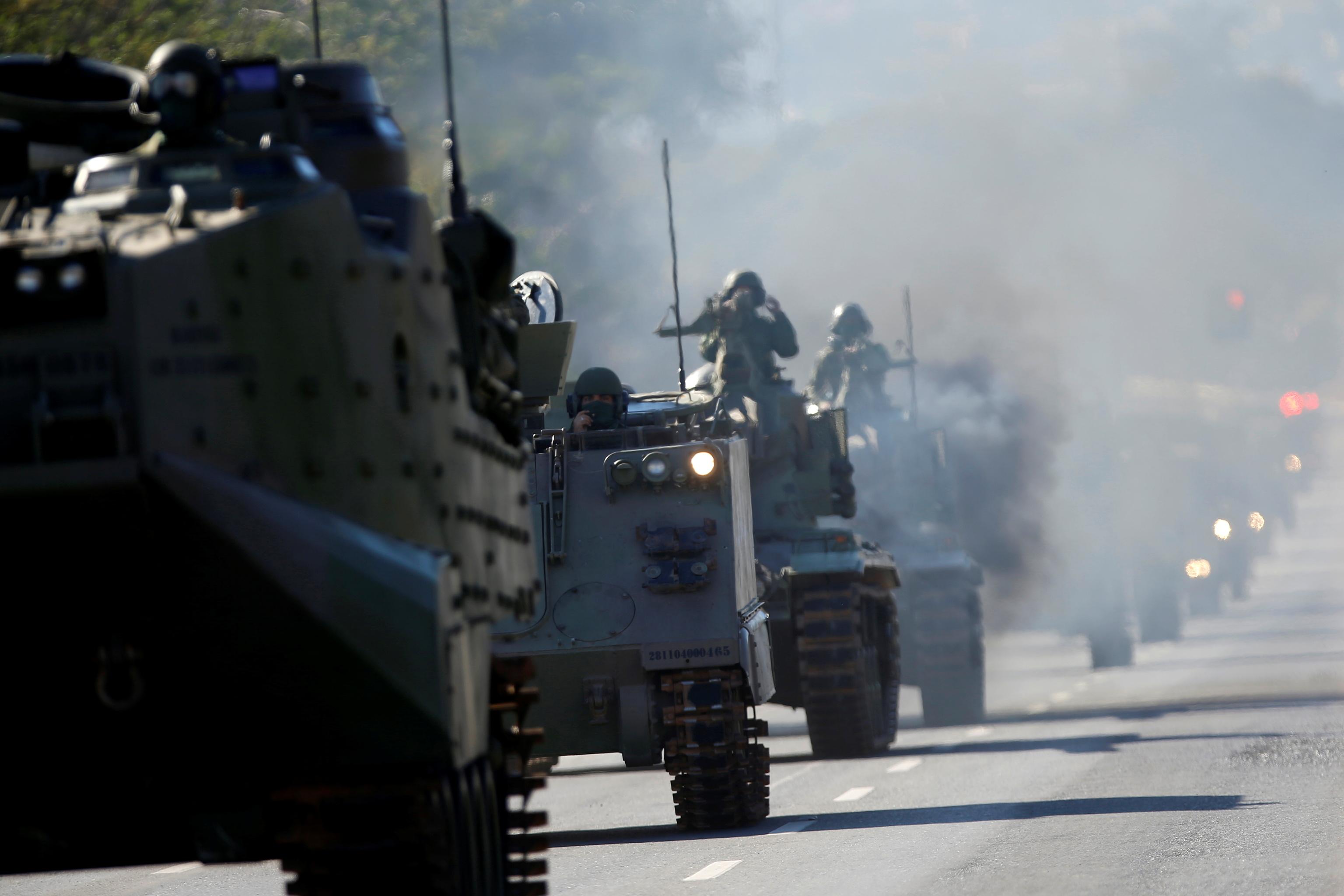 Tanques de la Armada brasileña pasan frente al palacio presidencial de Planalto, este martes.