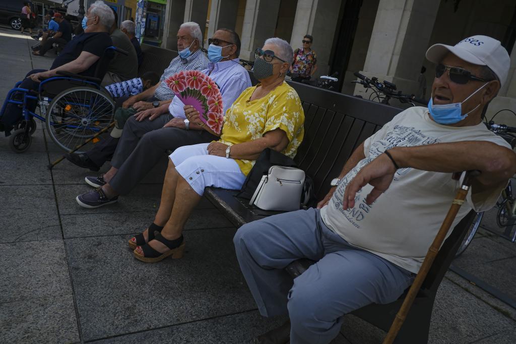Personas descansando, con y sin mascarilla, en Pamplona