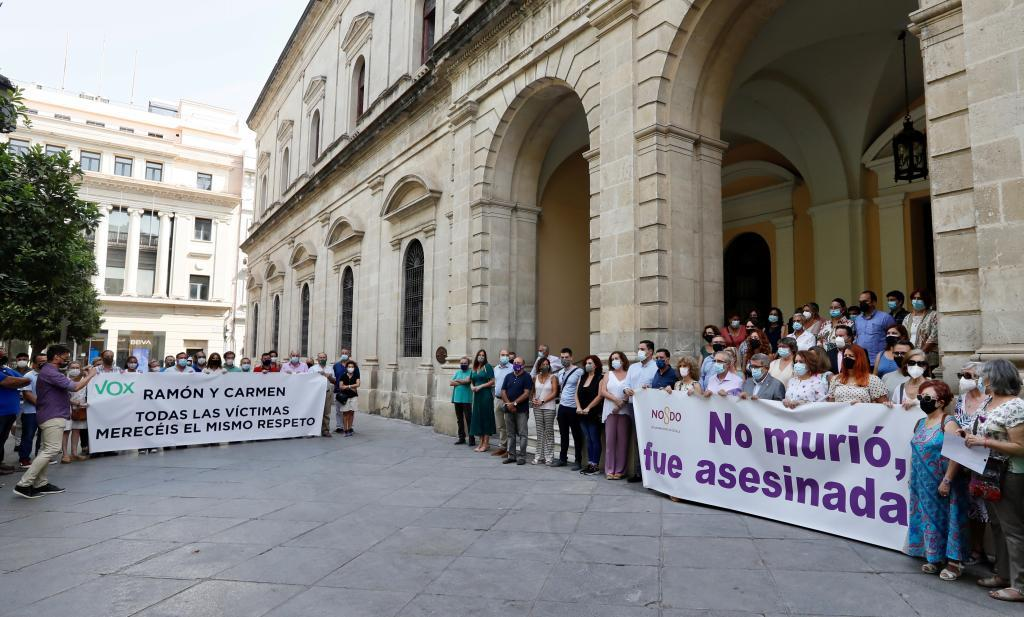 Vox se concentra a las puertas del Ayuntamiento de Sevilla, donde se celebra un minuto de silencio en recuerdo de la última víctima de la violencia machista.