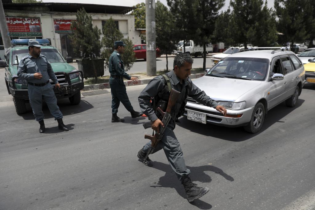 Policías afganos en un puesto de control en Kabul, a principios de julio.