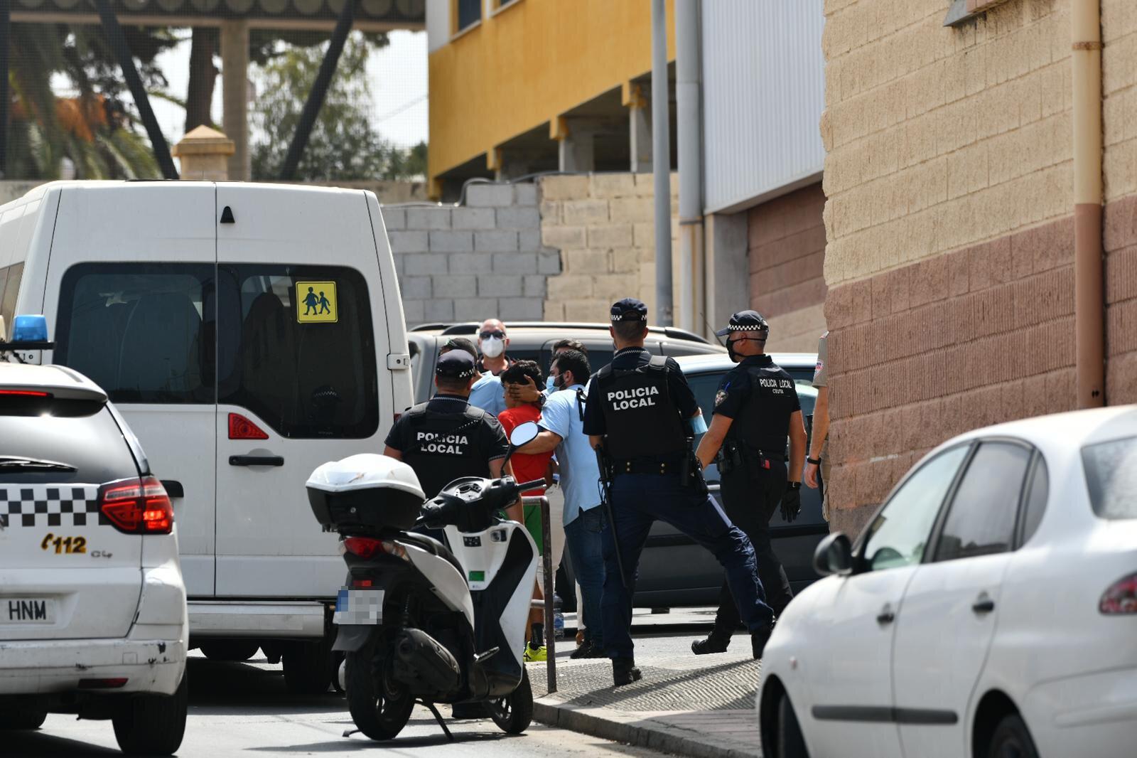 La Policía traslada a un menor marroquí.