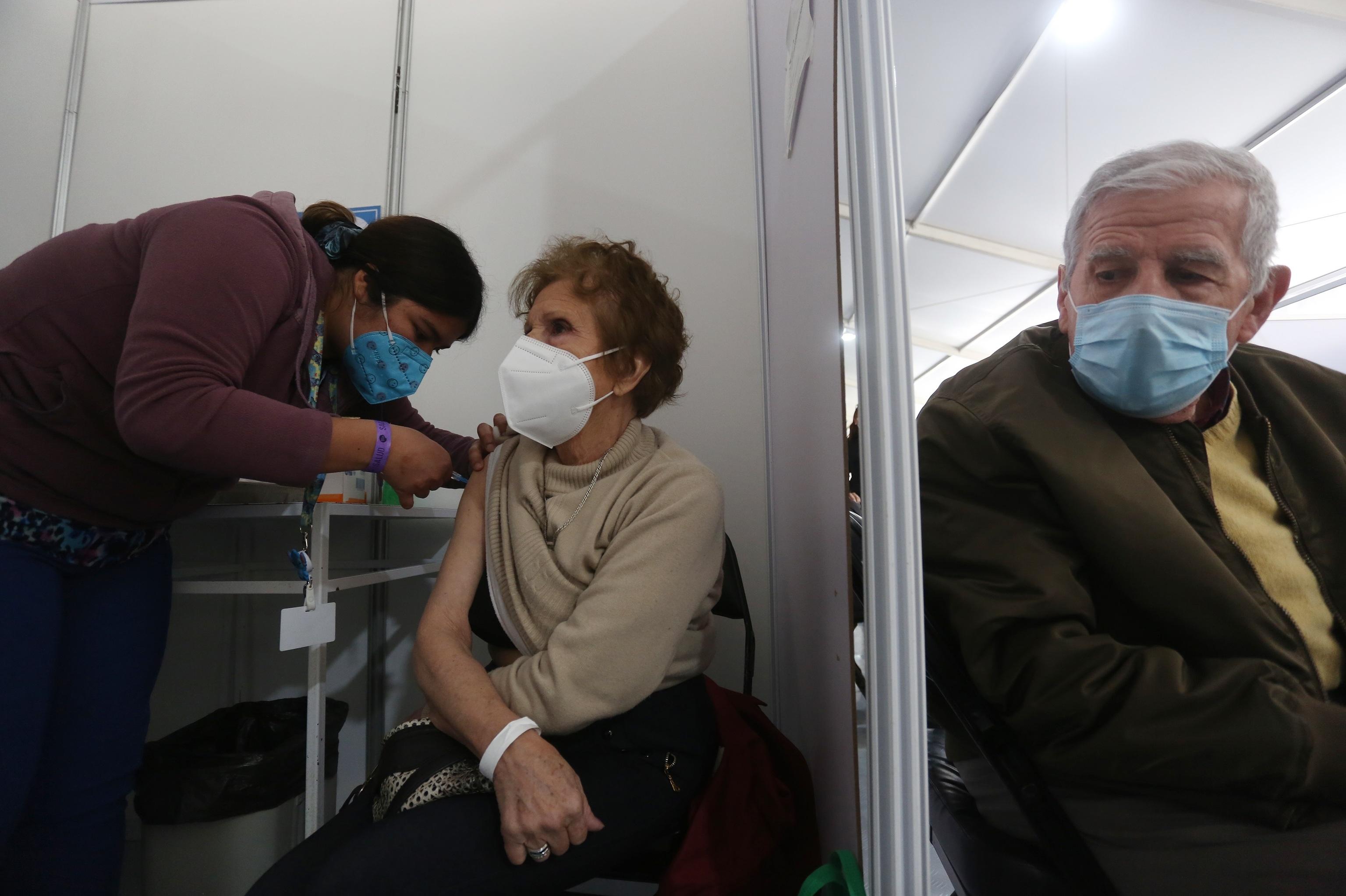 Una mujer recibe una dosis de refuerzo de AztraZeneca, en un centro de vacunación contra la covid-19, en Santiago (Chile).