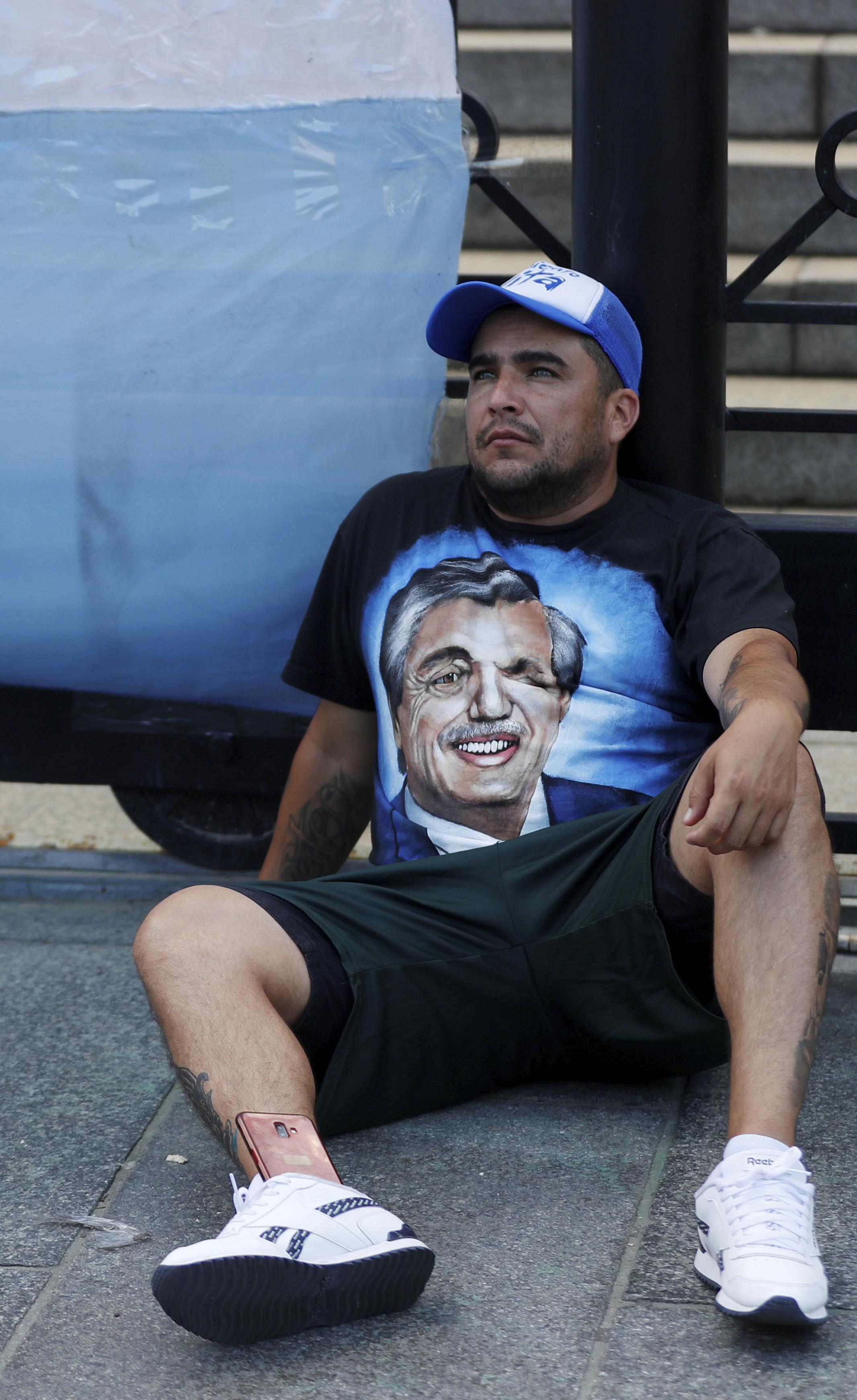 Un hombre descansa a las afueras del Congreso en Buenos Aires durante un acto a favor del Presidente Alberto Fernández