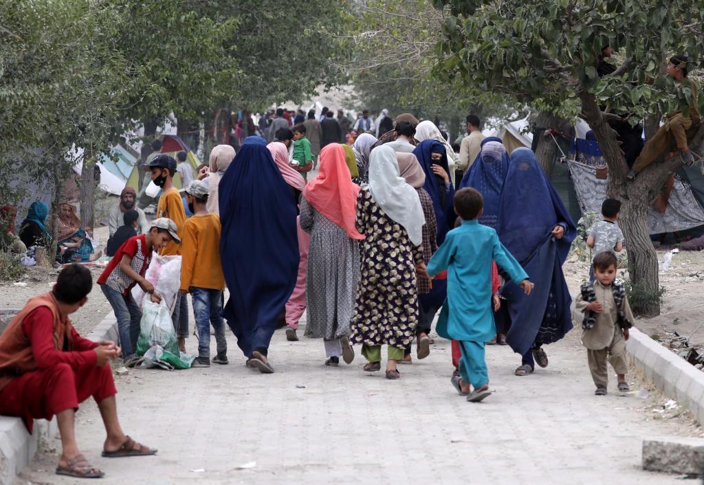 Afganos desplazados de las zonas bajo control talibán buscan refugio en los parques de Kabul.