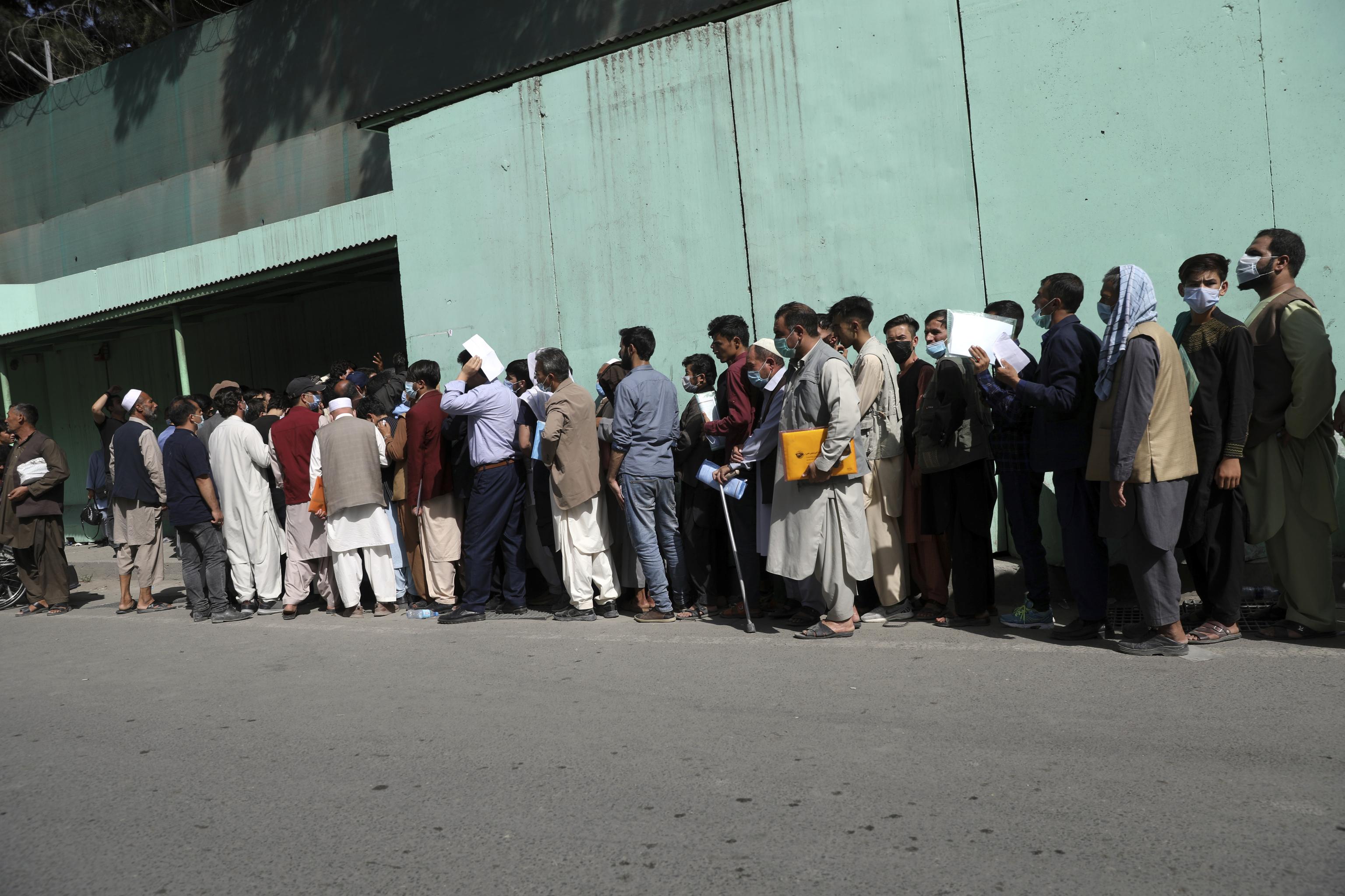 Larguas colas frente a la embajada iraní en Kabul para conseguir visados.