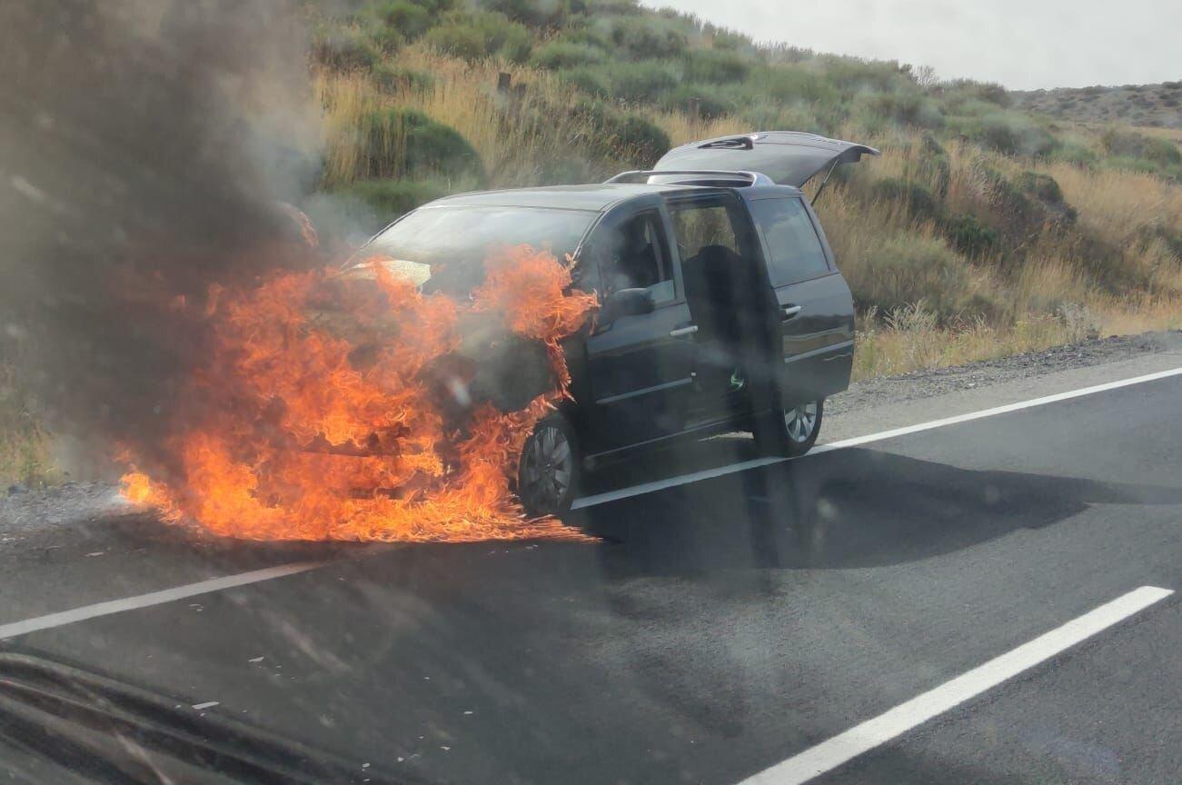 Un coche ardiendo en Navalacruz, origen del incendio.
