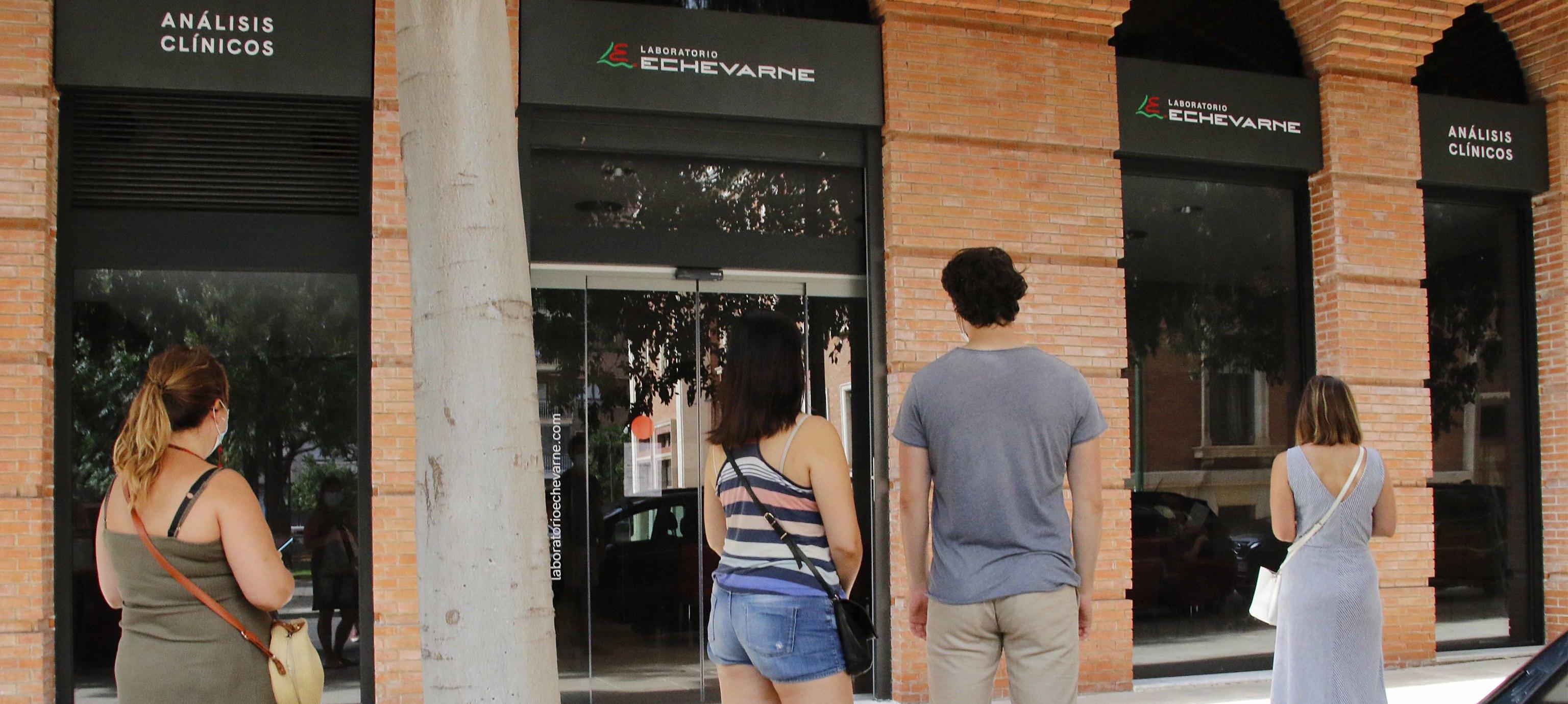 Varias personas esperan su turno en el exterior de un laboratorio de Castellón.