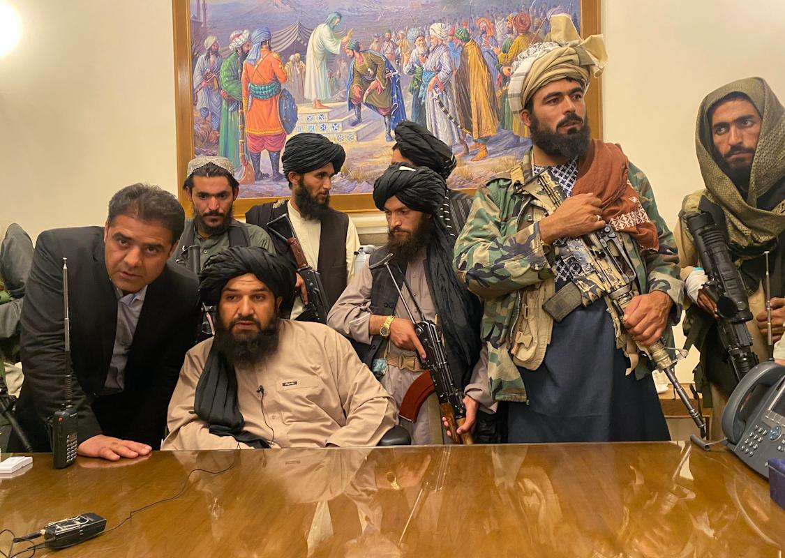 Talibanes en el Palacio Presidencial, en Kabul.
