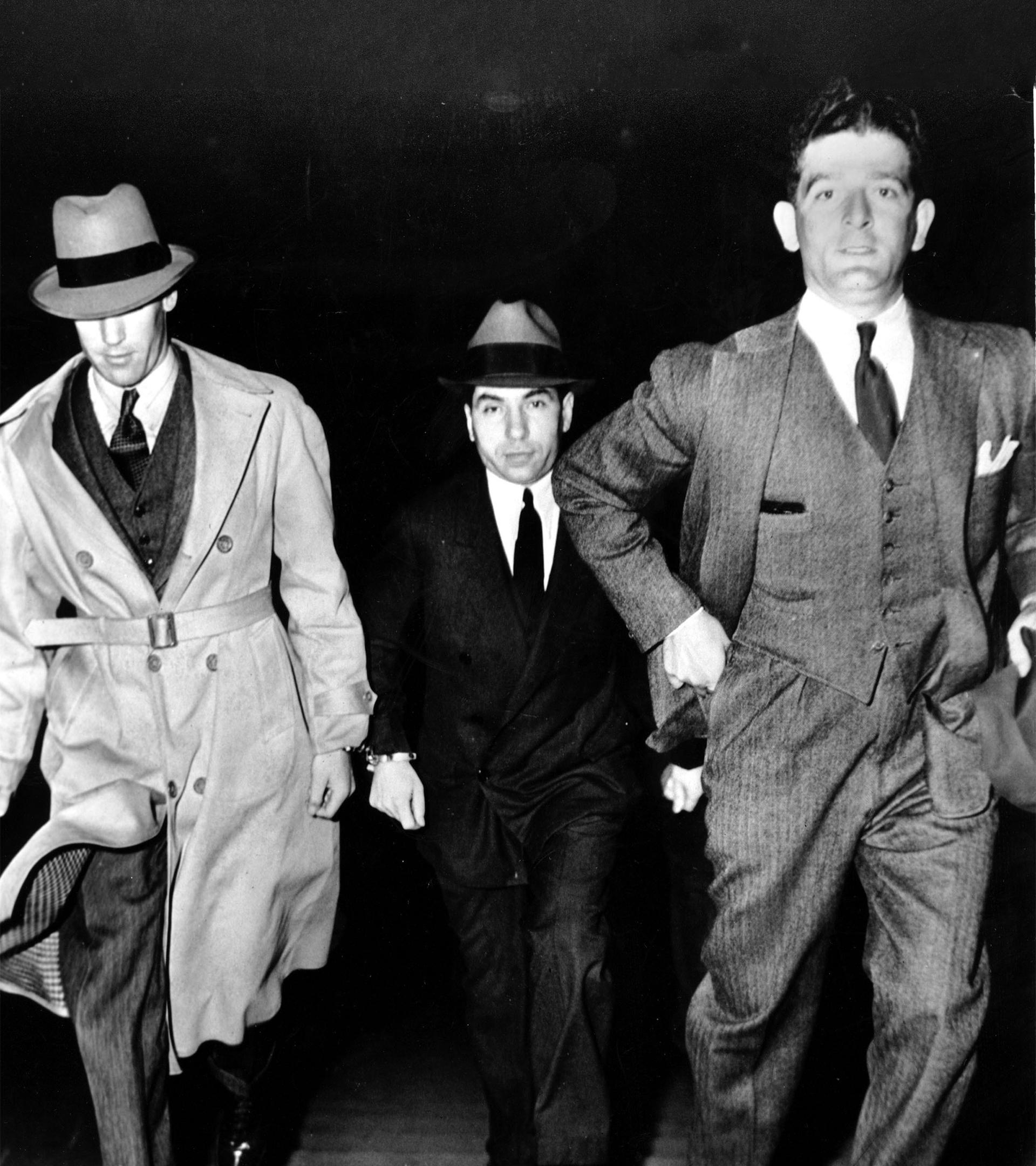 'Lucky' Luciano entra esposado en la corte de Nueva York, en junio de 1936.