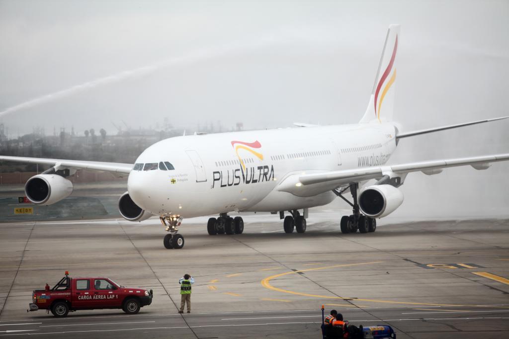 Un avión de Plus Ultra en la pista de aterrizaje