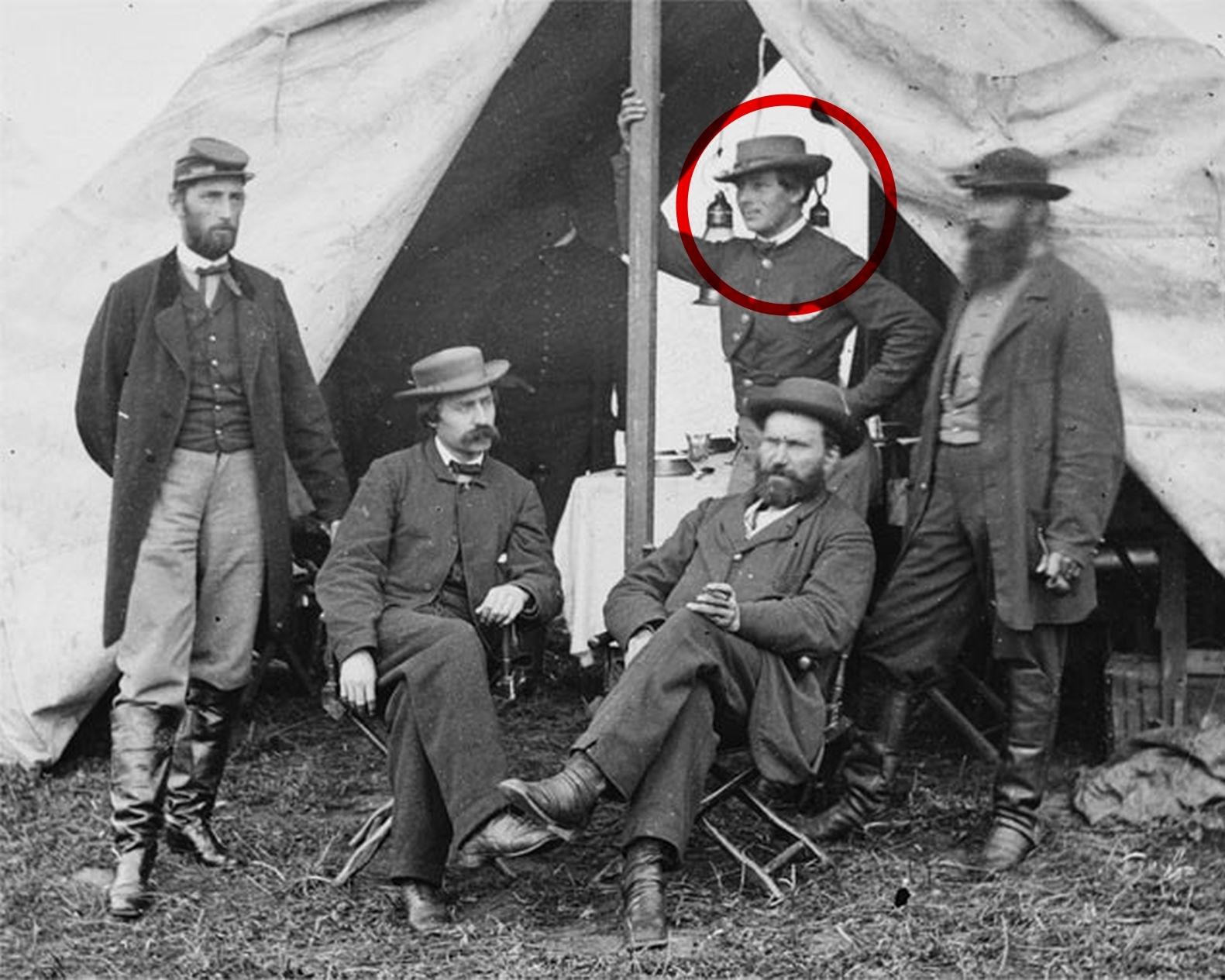 Imagen de Kate Warne (círculo rojo) y Allan Pinkerton, sentado justo delante de ella.