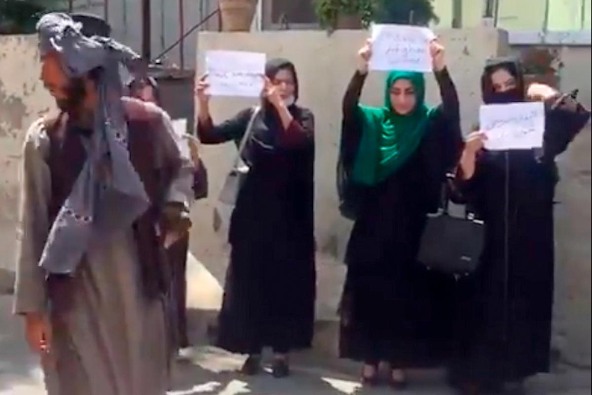 Mujeres protestan en las calles de Kabul, hoy.