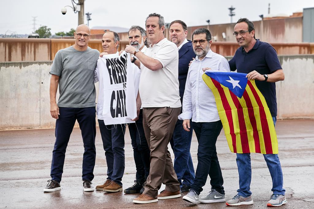 Los presos de Lledoners tras recibir el indulto.