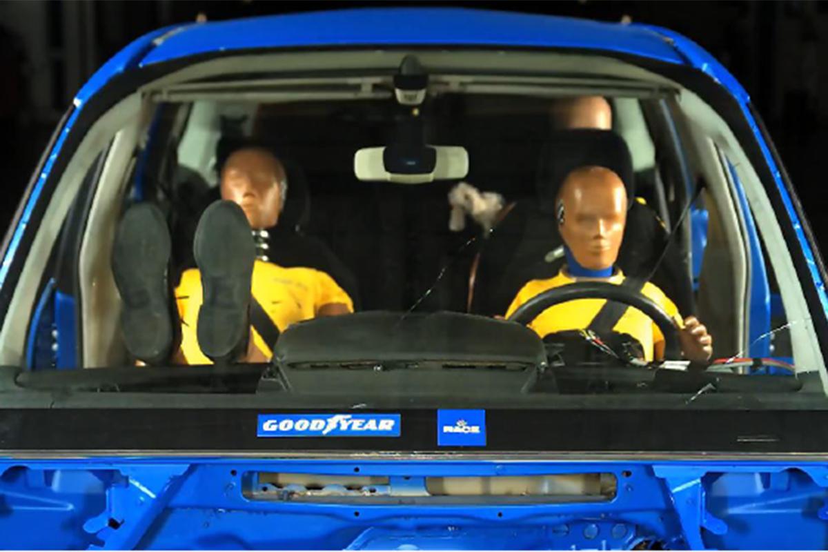 El peligro de llevar los pies en el salpicadero del coche