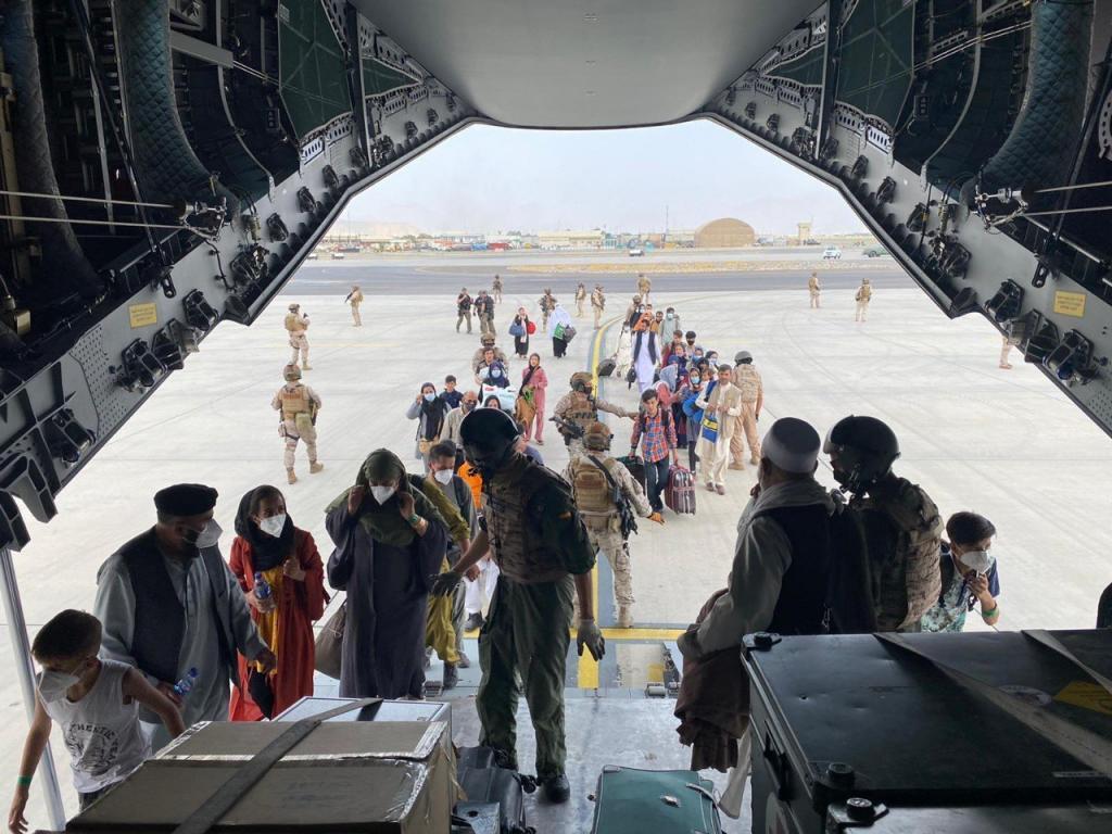 Un primer grupo de españoles y colaboradores afganos embarcan en el primer avión A400 de las Fuerzas Armadas de España.