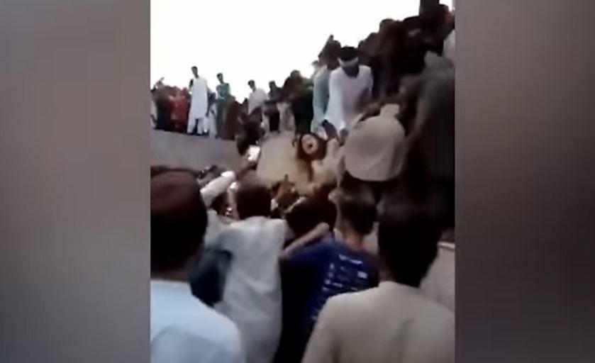 حمله یک زن توسط 400 مرد در پاکستان