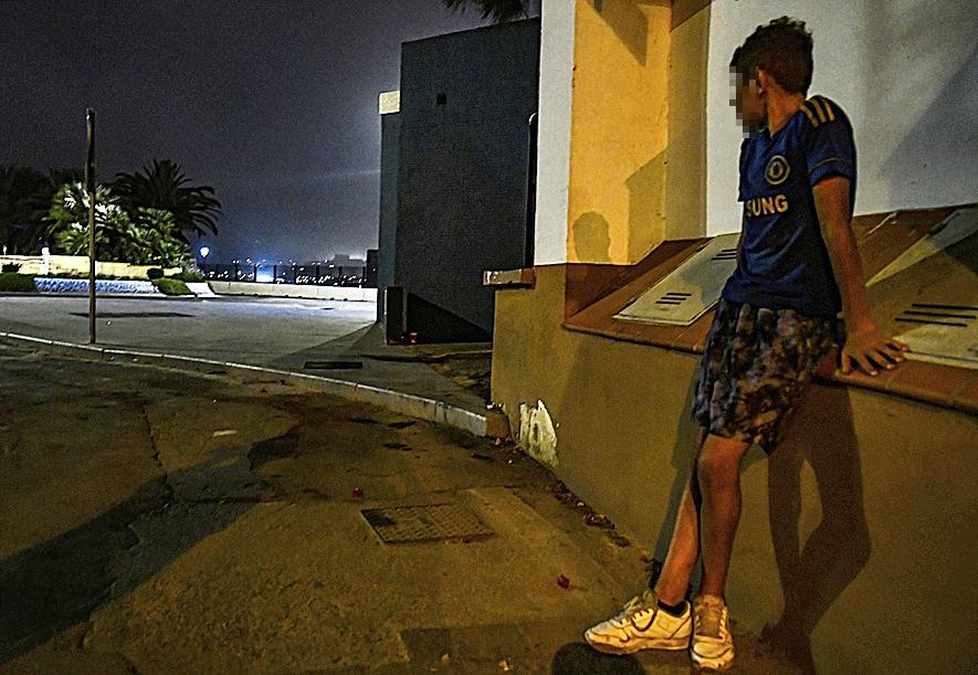 Sufian, un menor marroquí que vive en la calle en Ceuta.