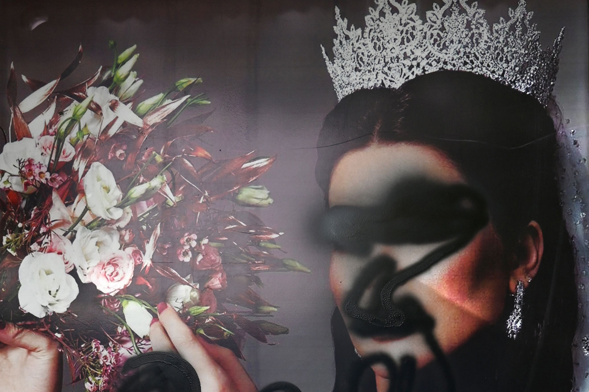 Imagen desfigurada de una mujer en un salón de belleza en Kabul.