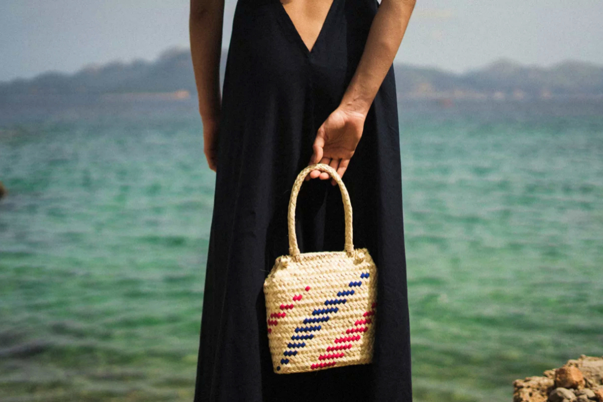Una modelo sostiene el bolso de mano 'Medusa' de Antic Mallorca.