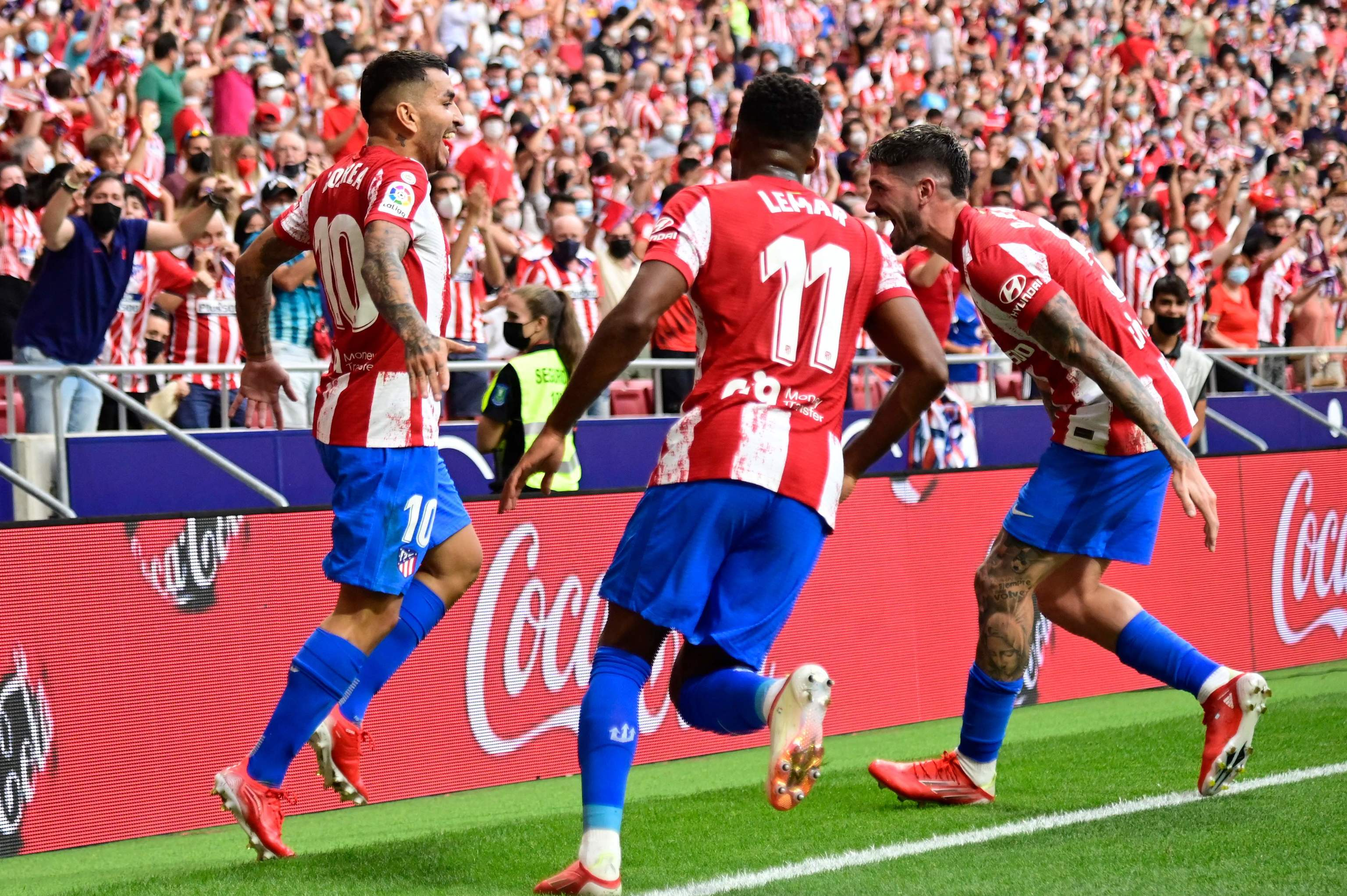 Correa celebra su gol ante el Elche con De Paul.