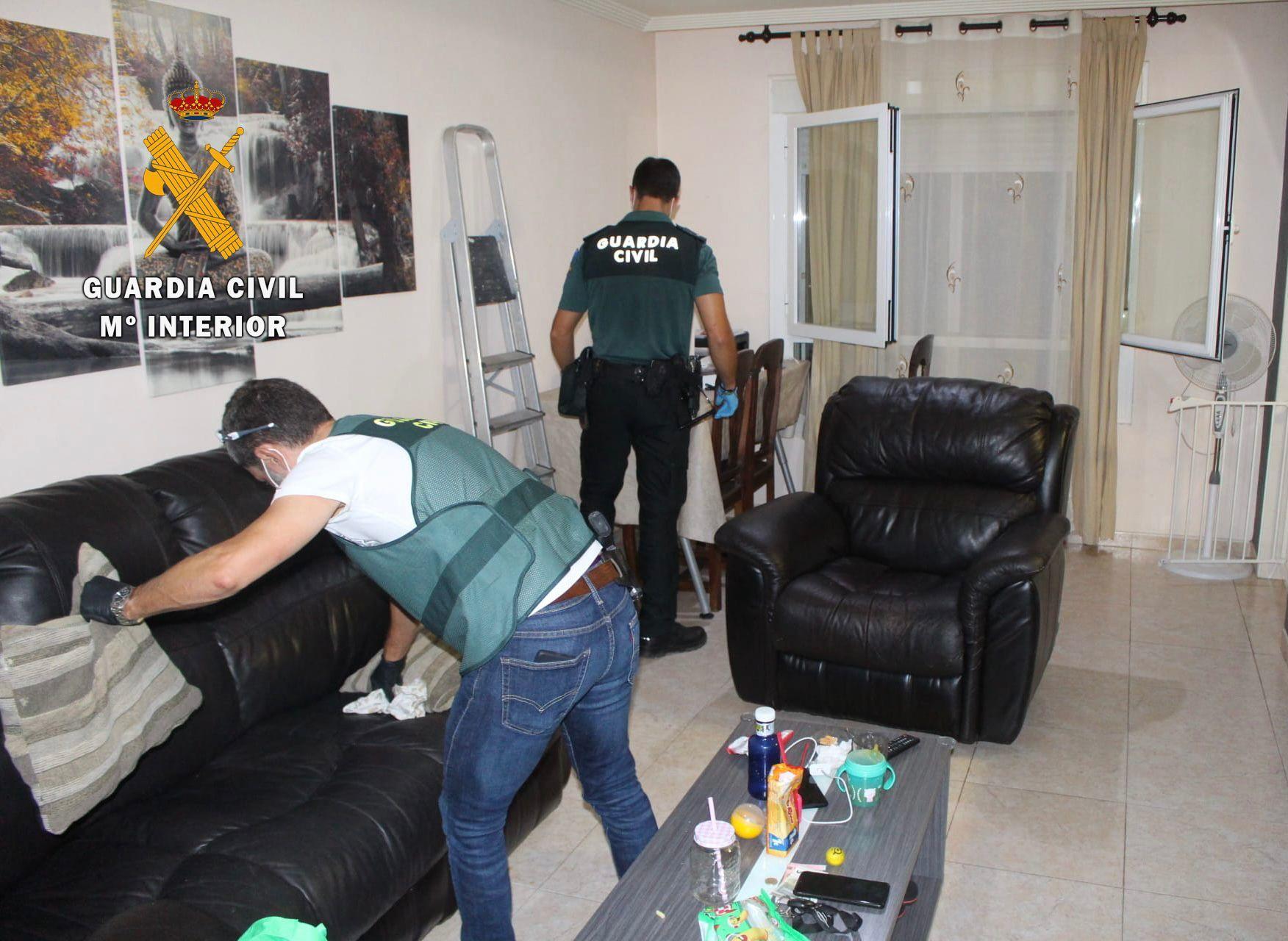 Dos agentes registran la vivienda.