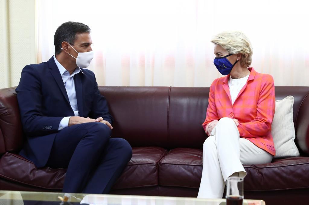 Pedro Sánchez y Ursula von der Leyen en la visita al centro de acogida en Torrejón de Ardoz el pasado sábado