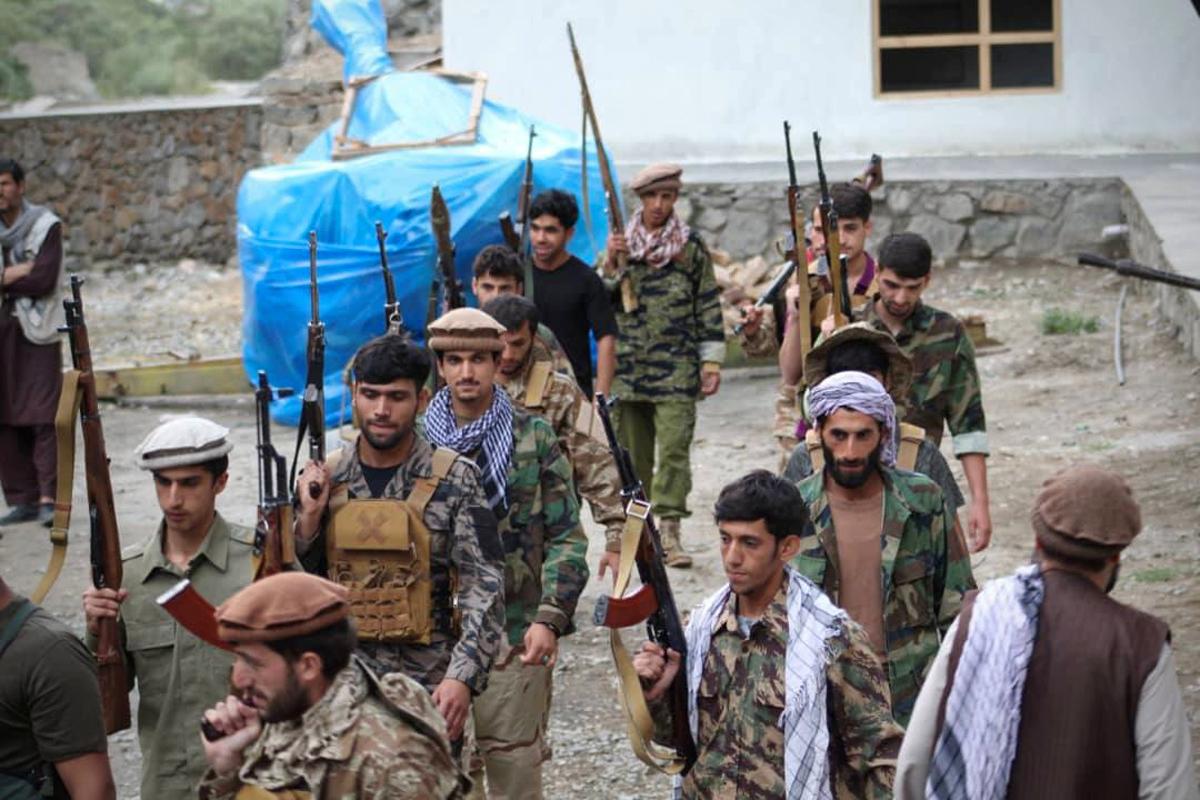Tropas leales a Ahmad Masud forman filas en el Valle del Panshir.