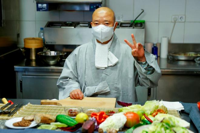 Jeong Kwan viene de la mano de la República de Corea, país invitado a Veranos de la Villa, en colaboración con el Centro Cultural Coreano en España y la Federación de Cocineros y Reposteros de España (FACYRE).