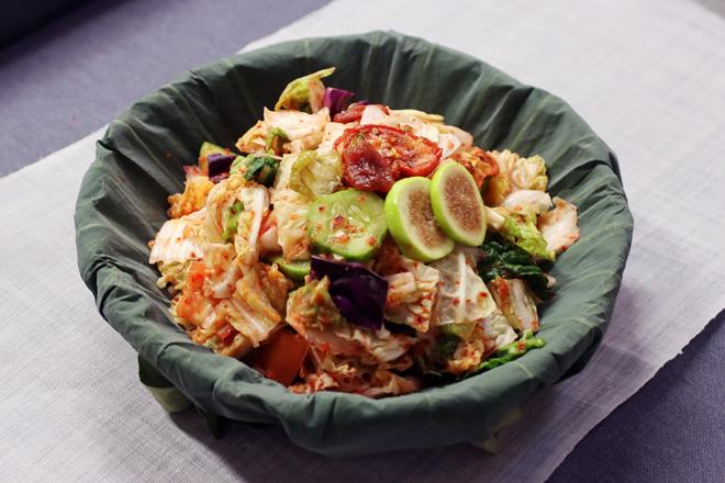 Kimchi depurativo de verduras con tomates, col asiática, sirope de bokbunja, pimiento y jengibre.