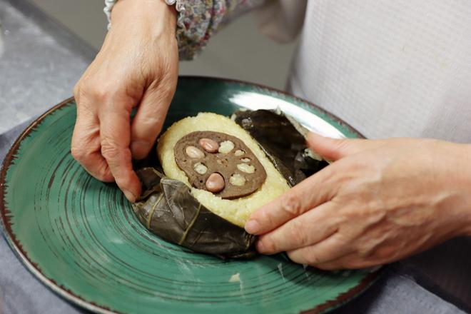 La monja, preparando seta pyogo estofada con sirope de malta, una comida de meditación para los ascetas.