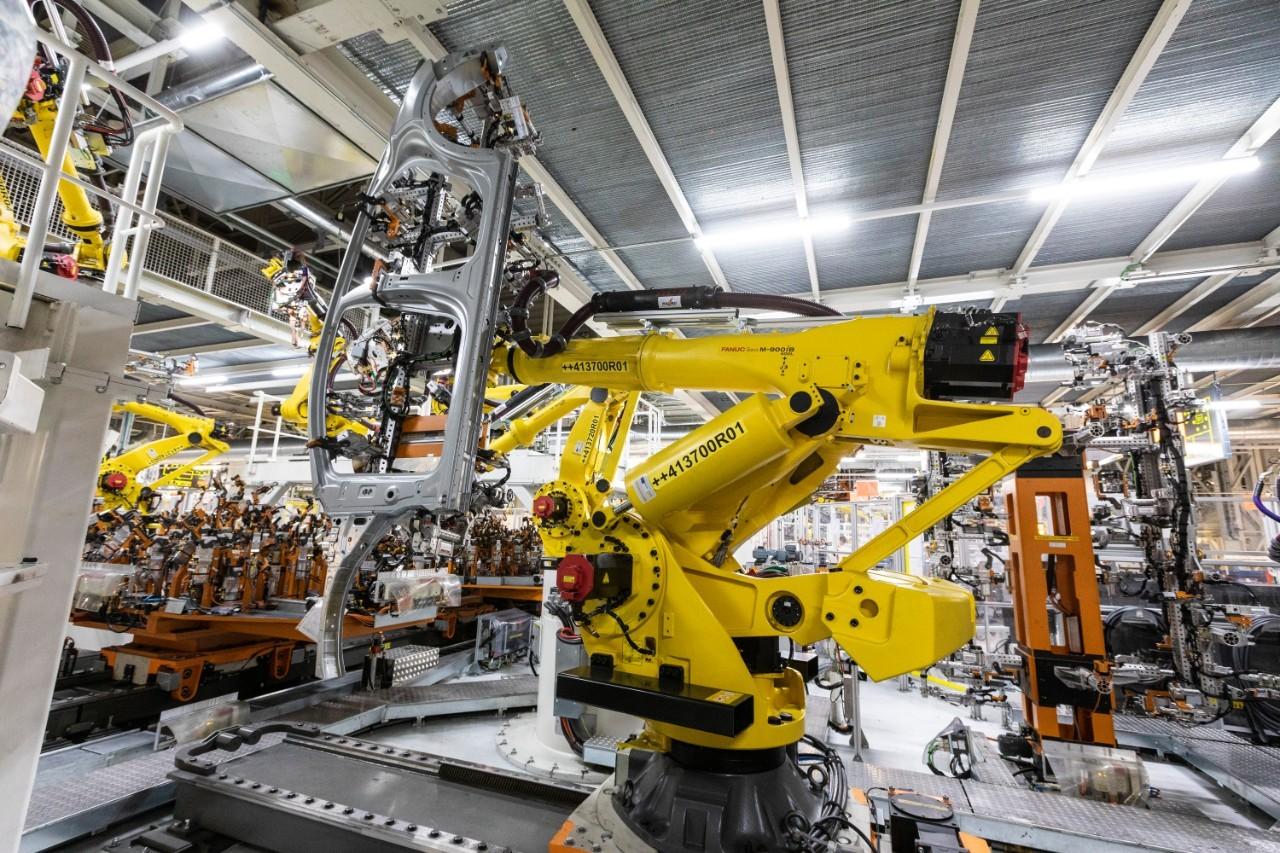 Uno de los robots gigantes que ensamblan piezas de 400 kilos con total precisión.