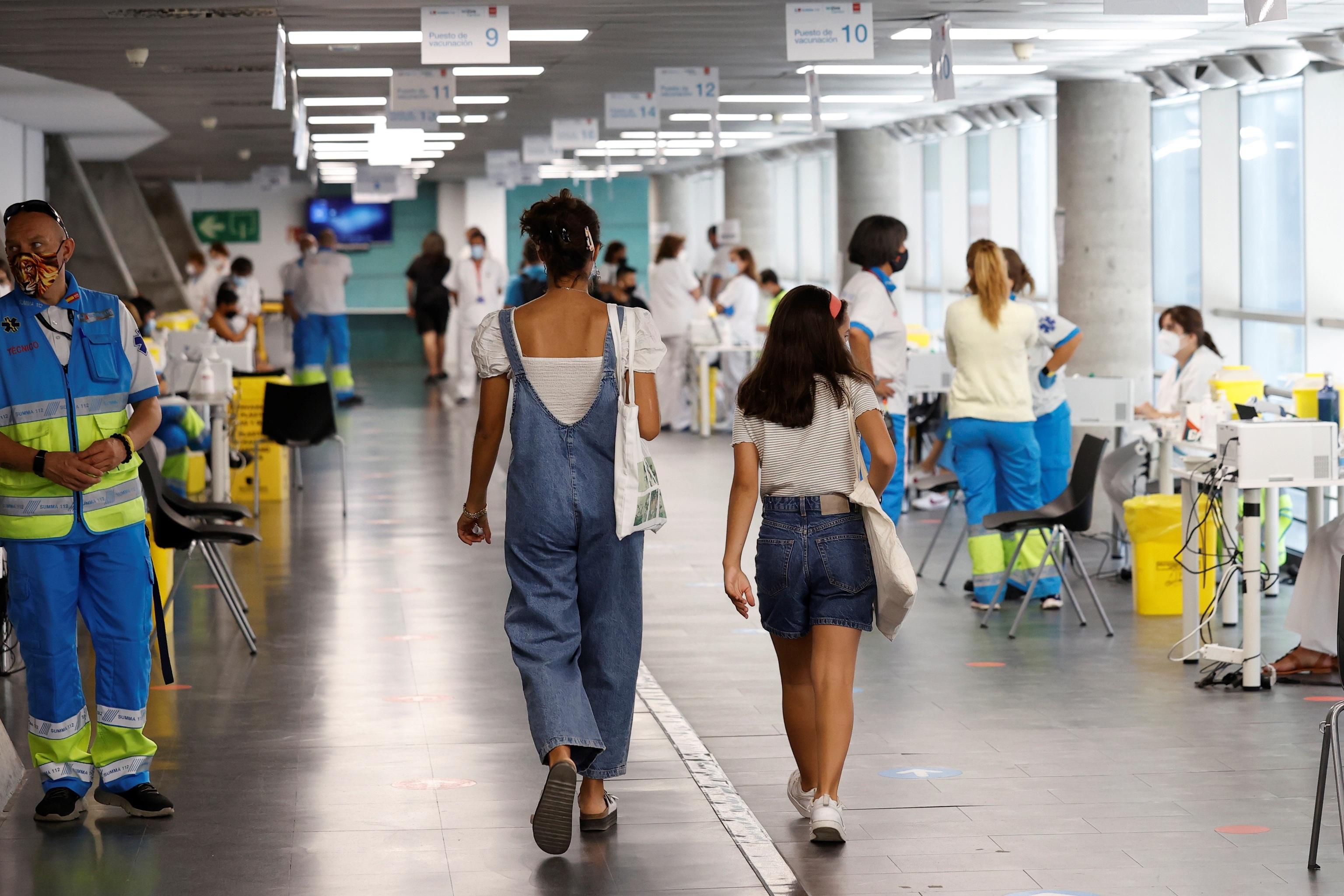 Varias personas se vacunan en el WiZink Center de Madrid.