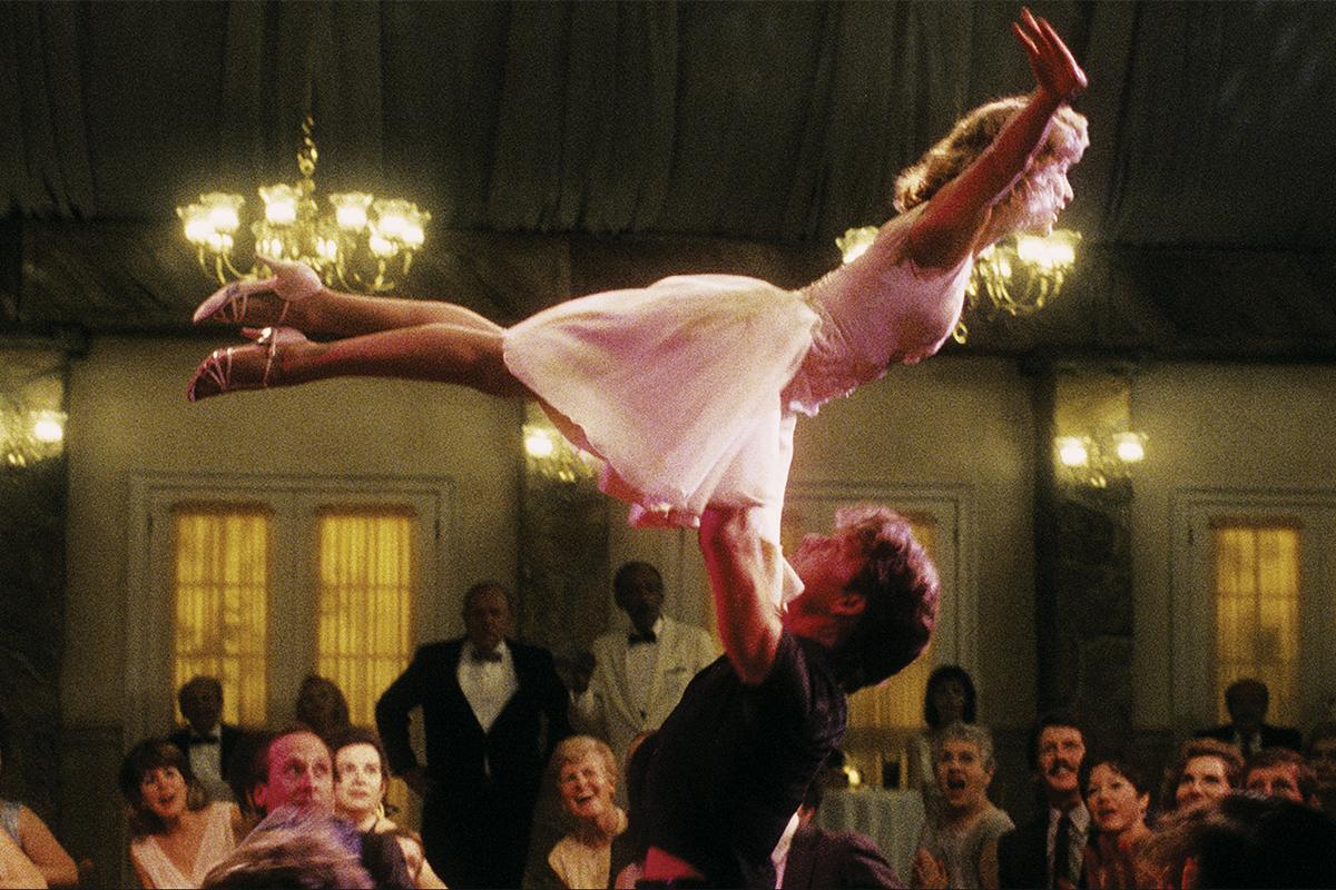 Los dos protagonistas, en la icónica escena del salto en el baile.