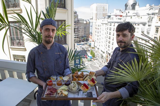 El equipo de Hyatt Centric que ha diseñado los menús sostiene la bandeja de 'brunch' que se oferta el fin de semana.