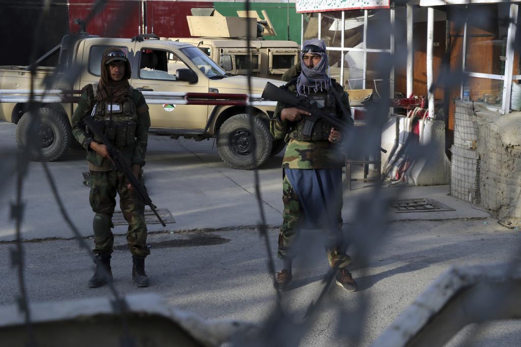 Soldados talibanes en un control de acceso al aeropuerto de Kabul.