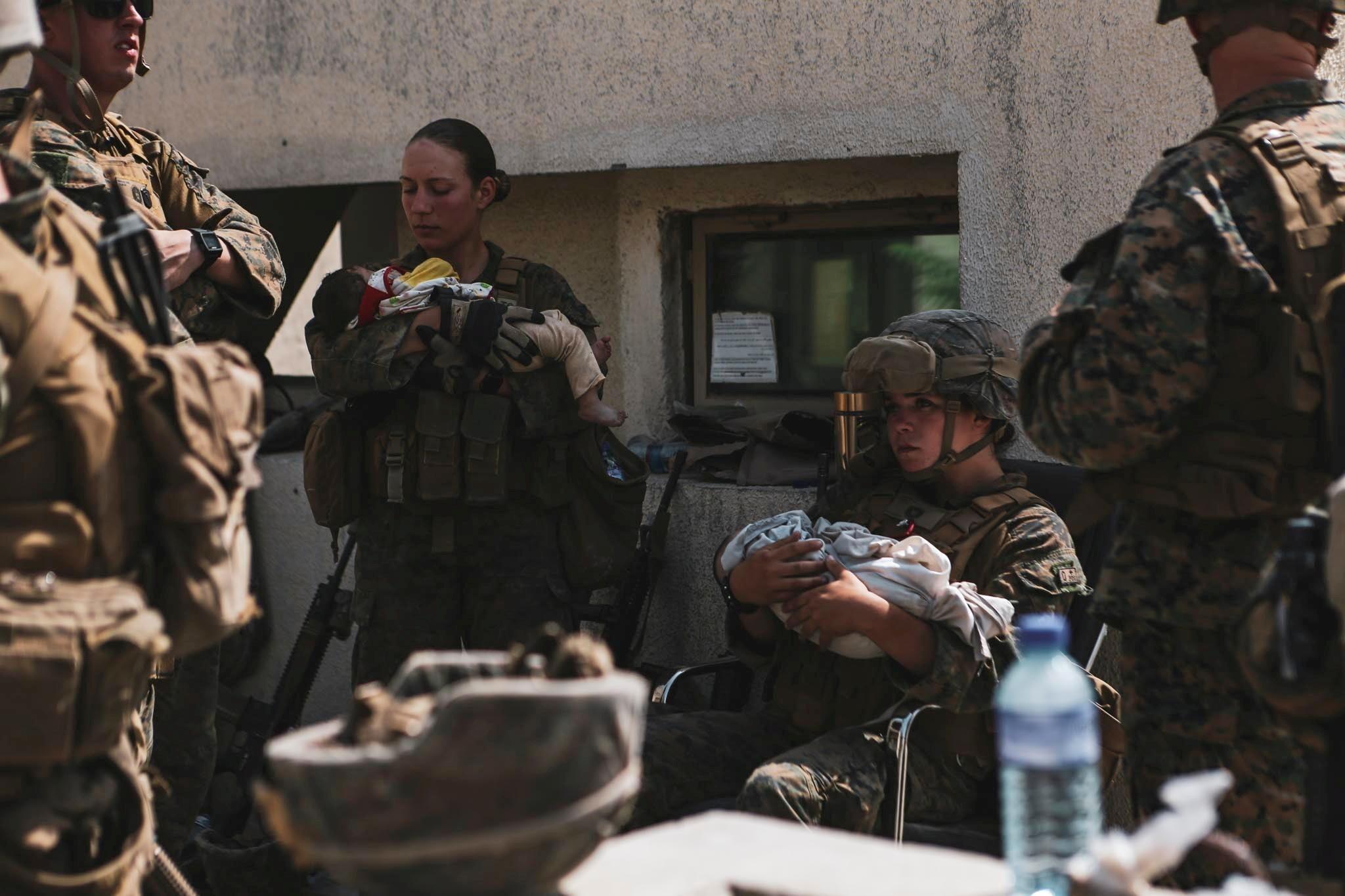Nicole Gee sostiene a un bebé en sus brazos durante la evacuación en Kabul.