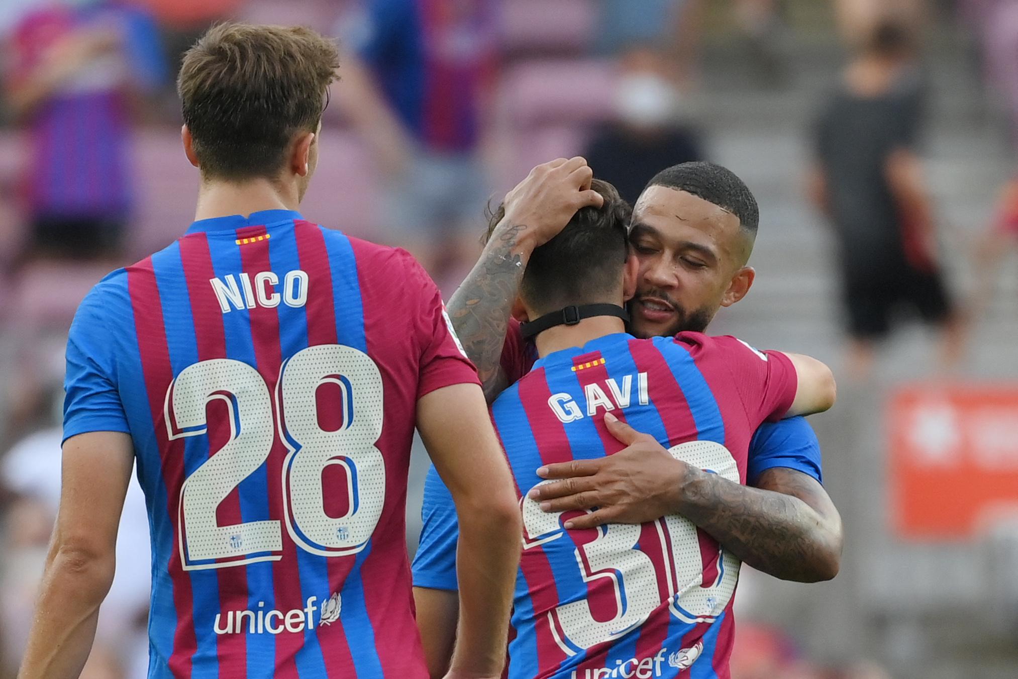 Memphis se abraza a Gavi, ante Nico, en el Camp Nou.