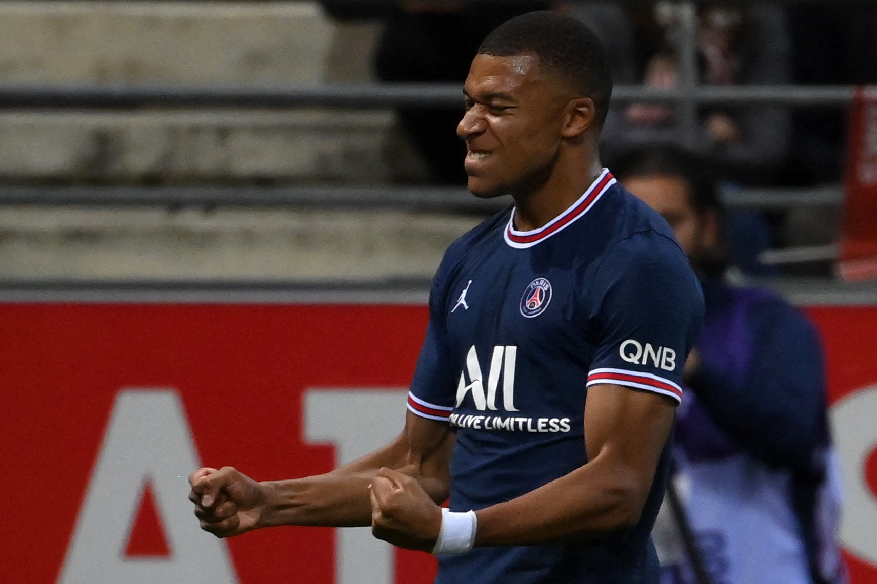Mbappé celebra su gol al Reims.
