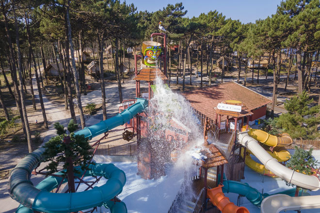 El parque acuático con toboganes del resort.