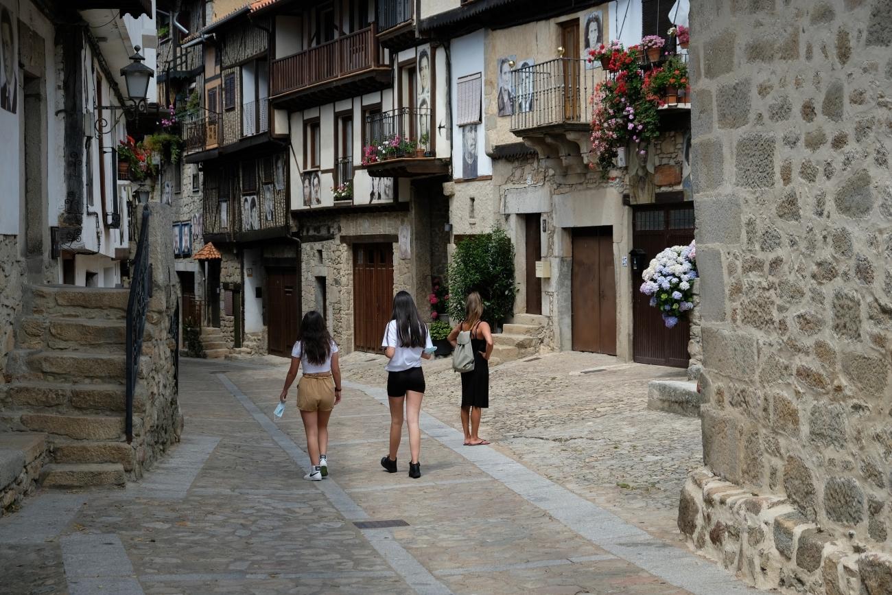 Jóvenes de paseo por el centro del pueblo.
