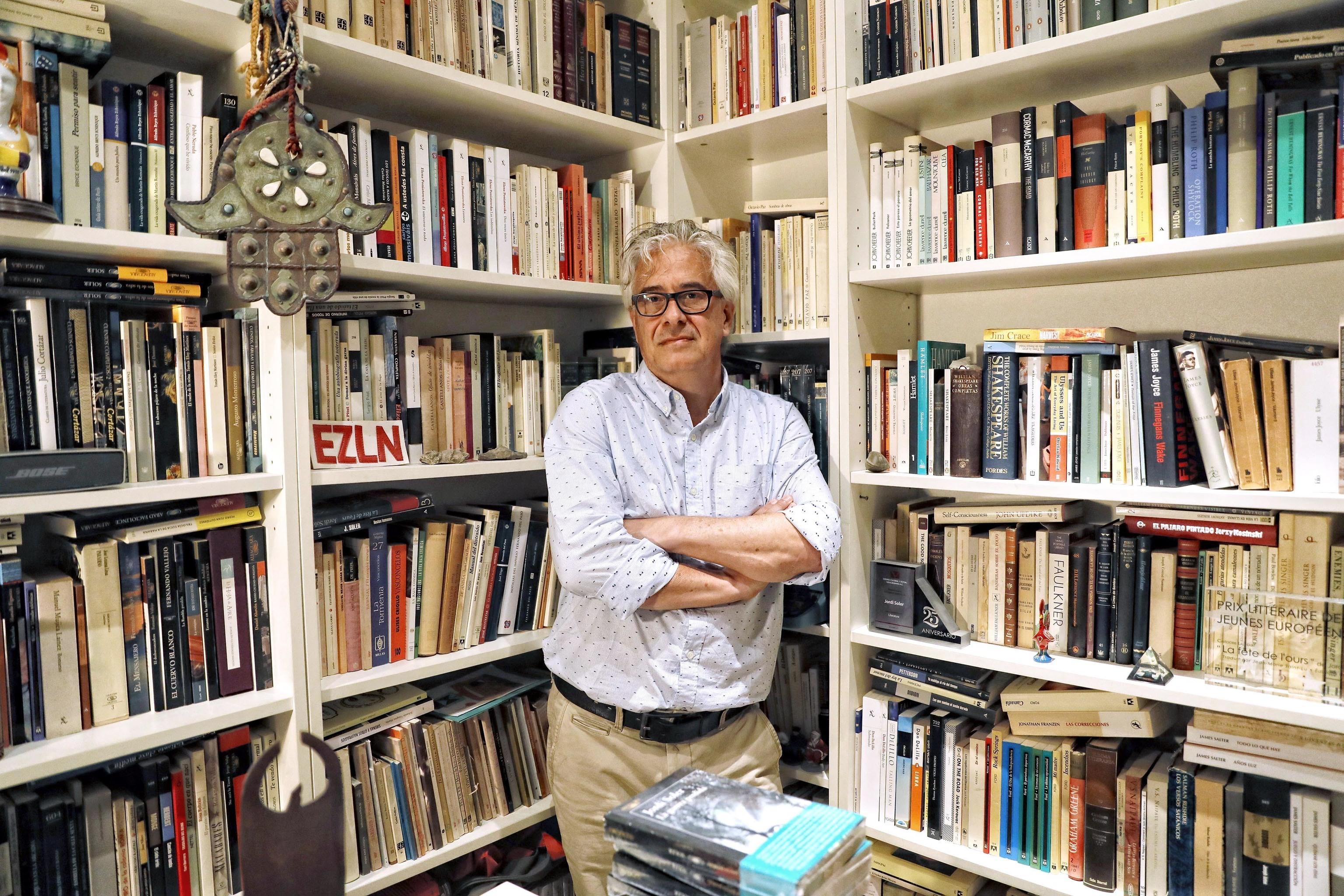 El escritor Jordi Soler, en su estudio.