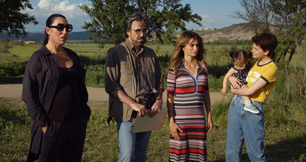 Rossy de Palma, Israel Elejalde, Penélope Cruz y Milena Smit en 'Madres paralelas', de Pedro Almodóvar.