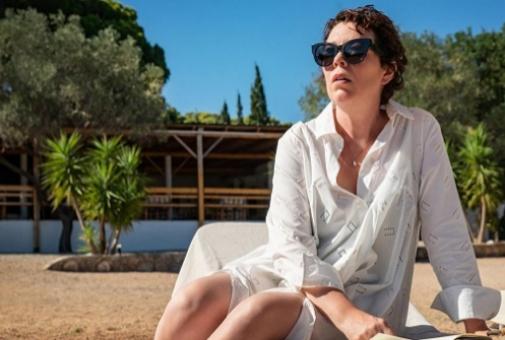 Olivia Colman protagoniza 'La hija perdida' de Magguie Gyllenhaal, que debuta en la dirección de un largo.