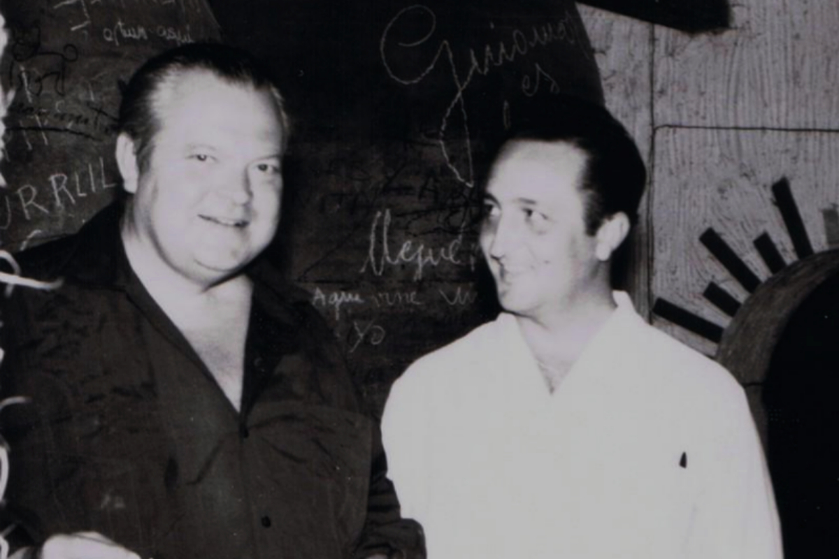 Orson Welles en el Mesón Cuevas del Vino de Chinchón junto a fundador del mismo, Narciso García Ortego.