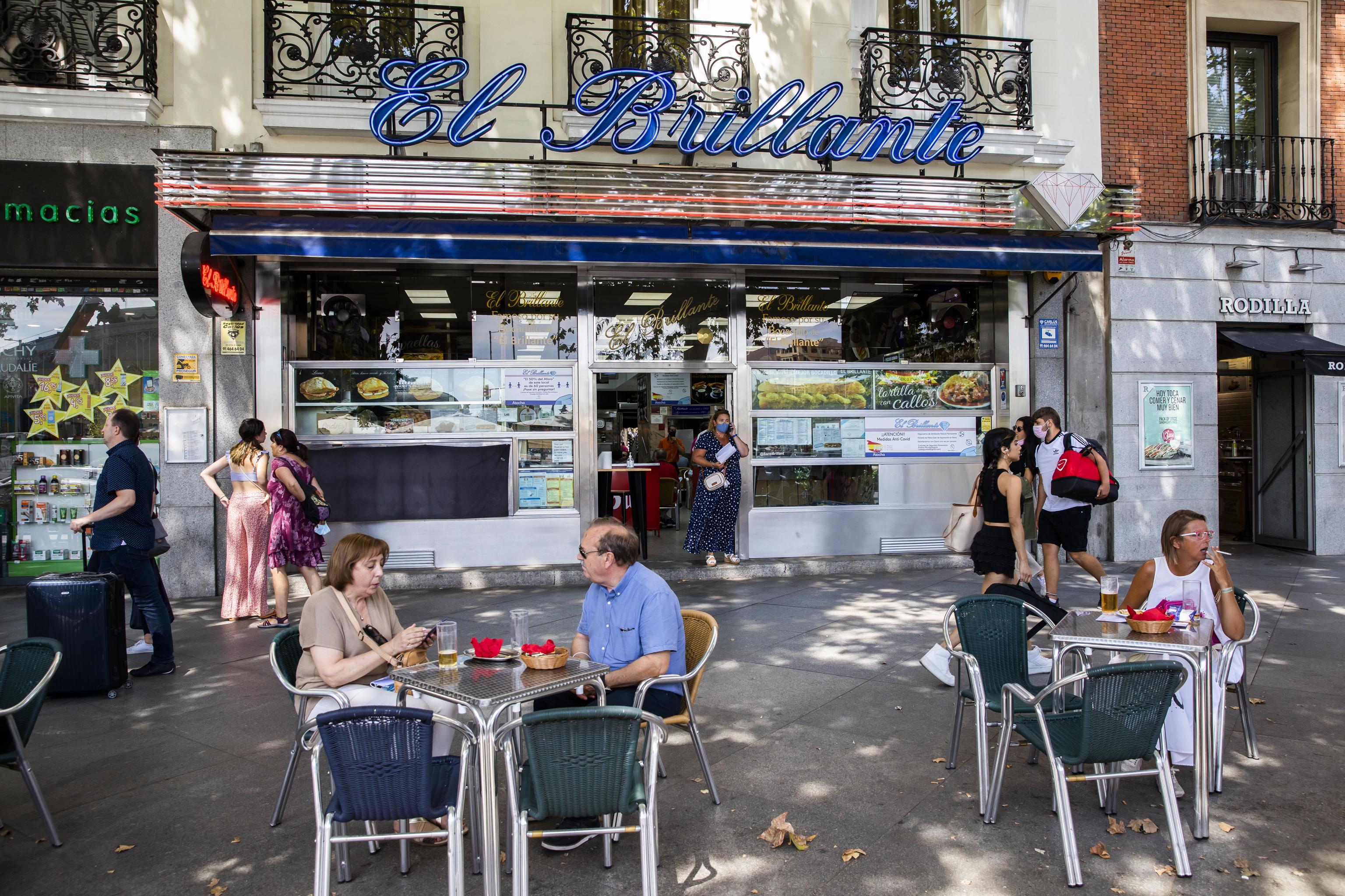 Turistas y capitalinos llenan la terraza de El Brillante, ayer.