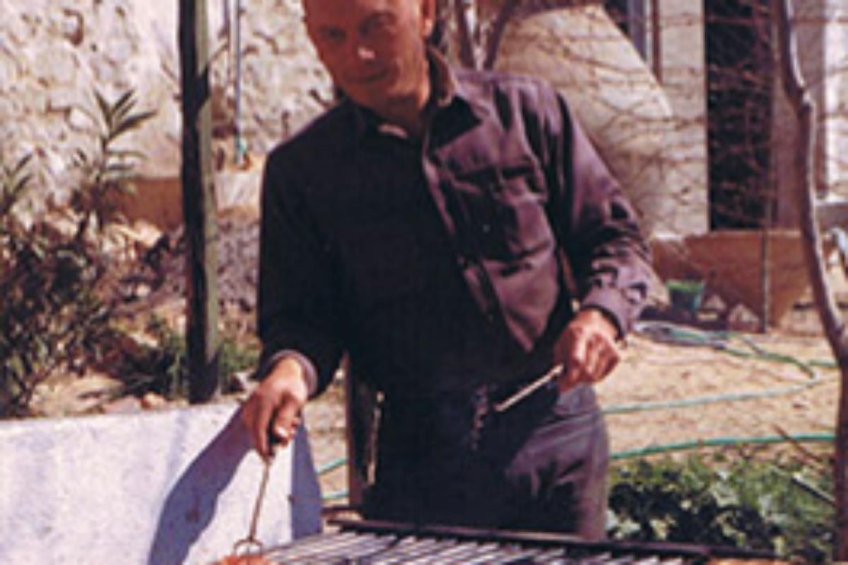 Yul Brynner, encargado de la parrilla en un descanso del rodaje de 'Los siete magníficos'.