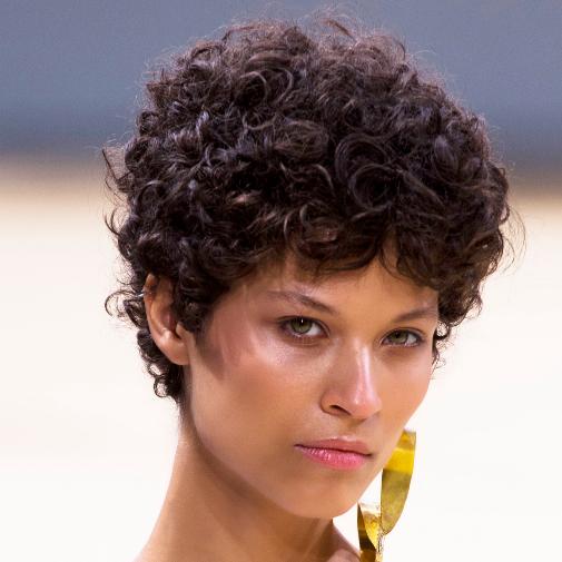 El pixie en pelos rizados queda mejor con la parte frontal más larga.