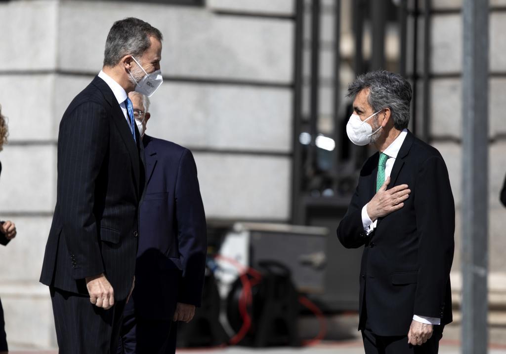 El presidente del CGPJ, Carlos Lesmes, recibe al Rey a las puertas del Congreso, el pasado 23 de febrero.