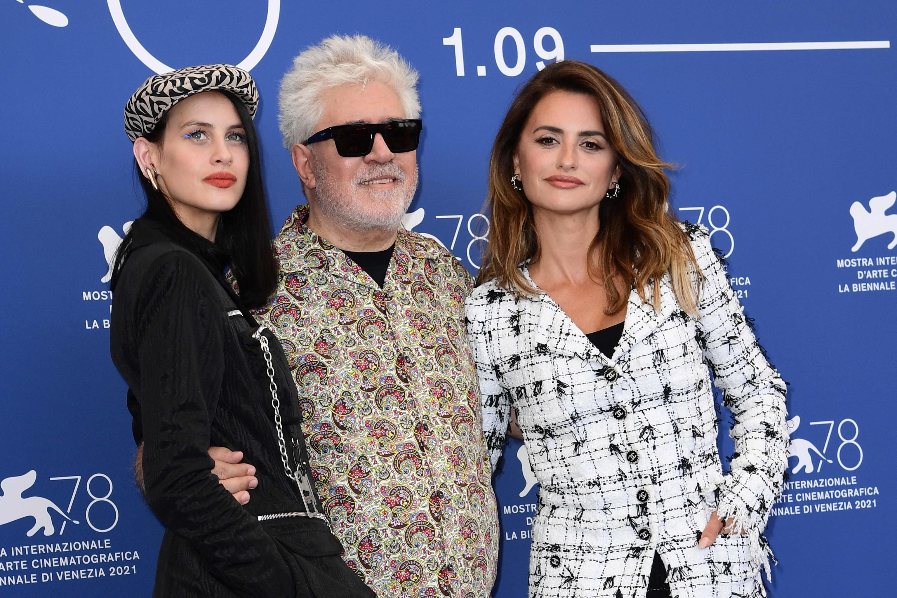 Milena Smit, Pedro Almodóvar y Penélope Cruz, en Venecia.
